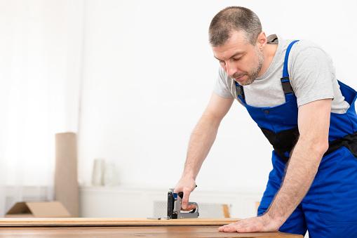 строитель со степлером